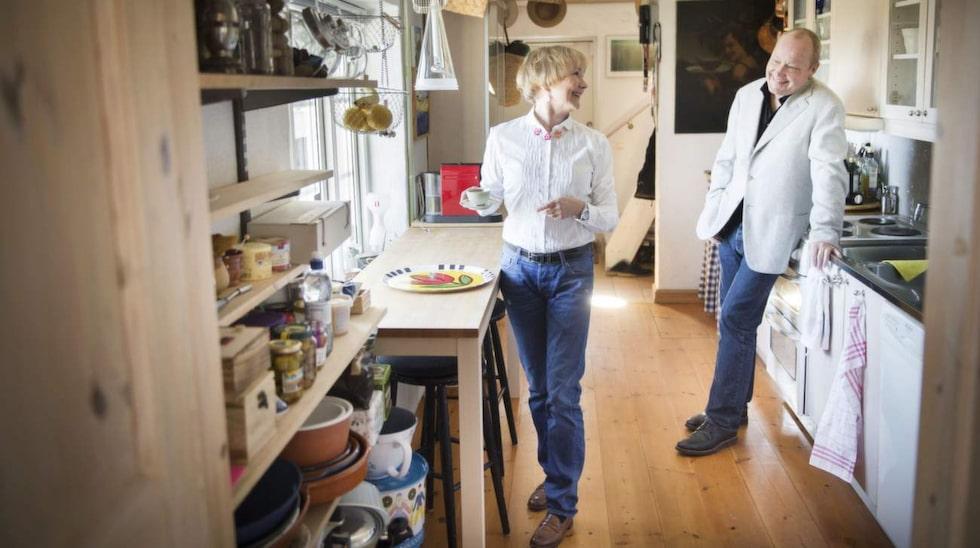 Köket må vara trångt men är funktionellt och utsikten är unik. Både Bea och Nisse gillar att laga mat (Beas föräldrar var en gång krögare i Stockholm) och är flitiga krogbesökare i regionen.