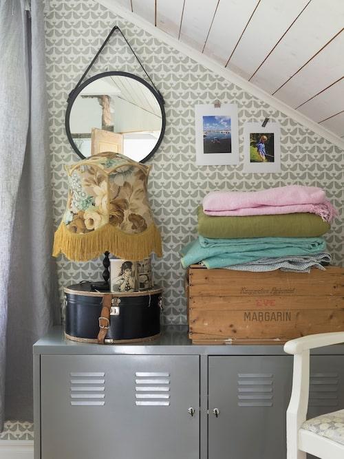 Lindas sovrum är tapetserat med Love birds från Isak. Metallskåp PS, Ikea.