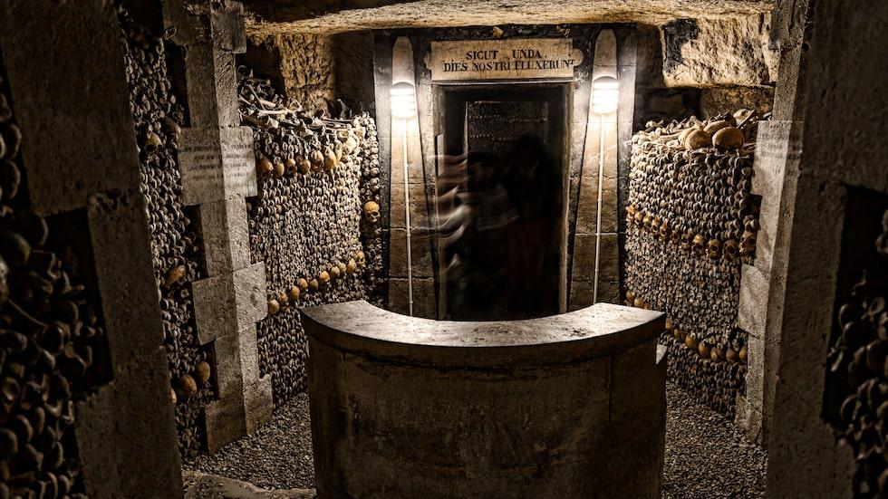 Nere i Paris gamla katakomber är sex miljoner människoskelett staplade ovanpå varandra.