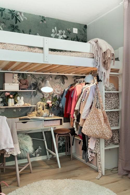 En garderobsstång blev lösningen på klädförvaringen i Millys lilla rum. Tapet, Faded Passion Green, Sandbergs. Säng och matta, Jysk. E