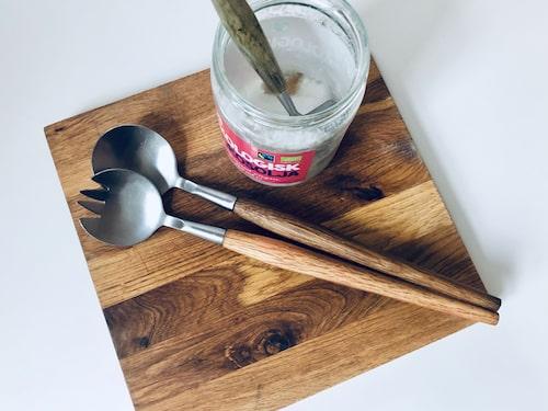 Olja skärbrädan med vanlig ekologisk kokosolja – passa på att även smörja in träslevar och -bestick när du ändå håller på.