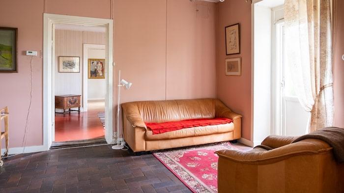 Golvet i ett av rummen är det samma som när stationen fortfarande var aktiv och rummet en väntsal.