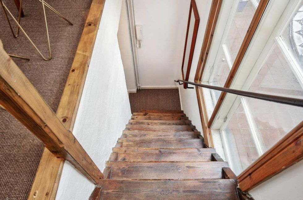 Trappan leder upp från köket till sovrummet.