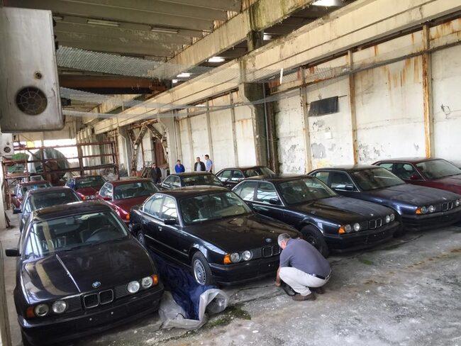 Här är 11 stycken BMW, 520i och 525i, som stått i en gammal fabrik sedan 1994.