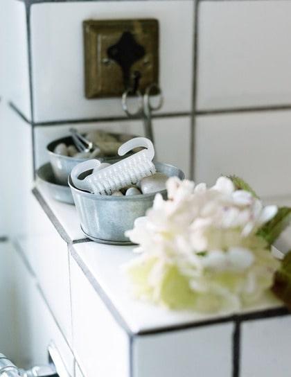 På första parkett. Trädgårdsälskarens bäste vän nagelborsten har sin plats i söt zinkkopp fylld med natursten. I förgrunden ligger Annicas nya passion – hortensia.