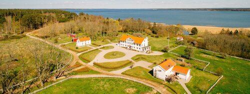 110 miljoner kronor kostar det Dallas-liknande huset med massor av mark och skog, intill Vänern.