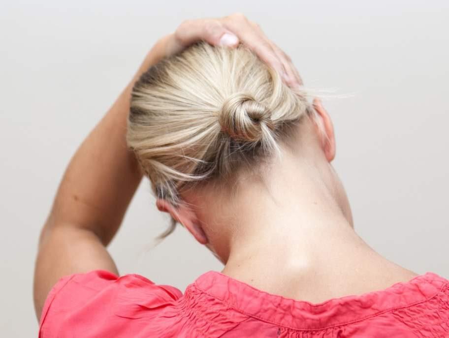 1 Hjälper mot nackspärrGör så här: Håll tag med ena handen i stolssitsen snett bakom dig. Den andra handen placeras på huvudet. Vinkla huvudet åt sidan och dra försiktigt med handen medan den andra handen håller emot.Effekt: Stretchar nackens muskler och släpper på trycket mellan kotorna på ryggraden. Bra vid spänd nacke och nackspärr.