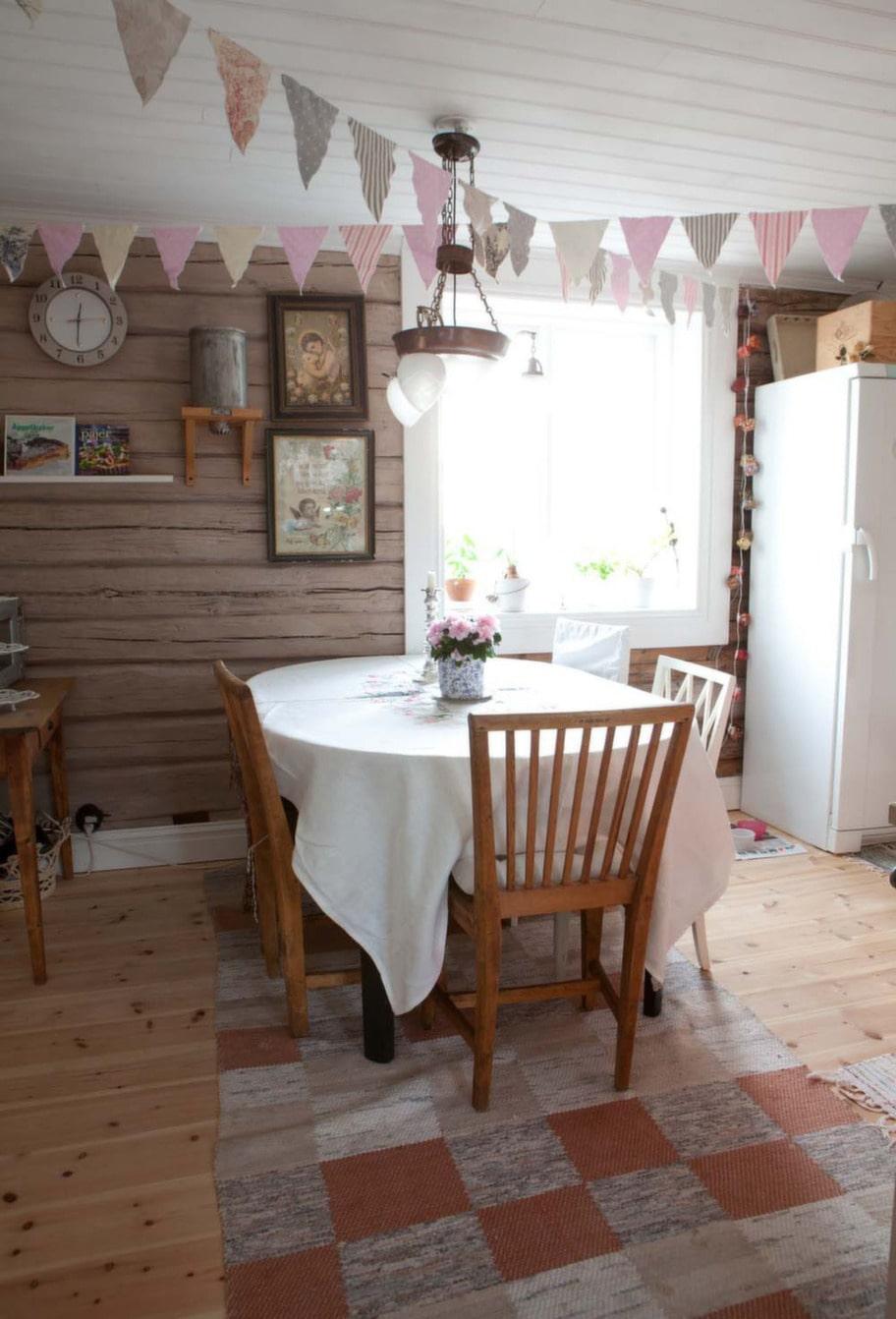 Matplats. Timmerväggarna i köket är målade med äggoljetempera som består av ägg, vatten, pigment och linolja. De gamla fönstren har fått energiglas på insida för att ta tillvara solenergin och hålla värmen inne.