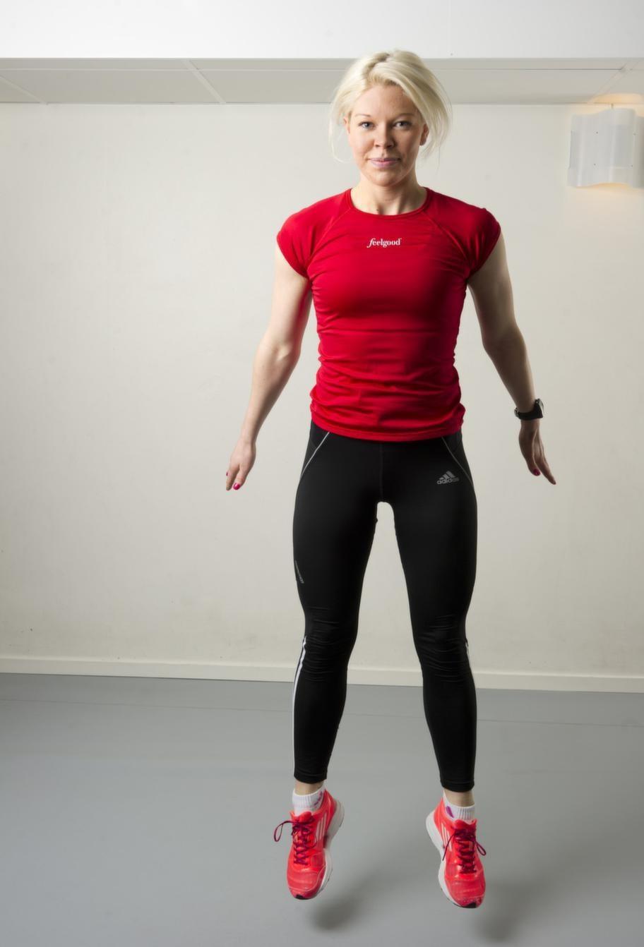 Set 1 Övning 1 UpphoppStå höftbrett isär med fötterna. Gör en djup  knäböj, och hoppa upp sedan upp med uppsträckta armar. Den som vill  lägga på mer belastning kan dra upp knäna i hoppet.Repetera 20 gånger.Lättare variant: Gör bara knäböj och hoppa över själva upphoppet.