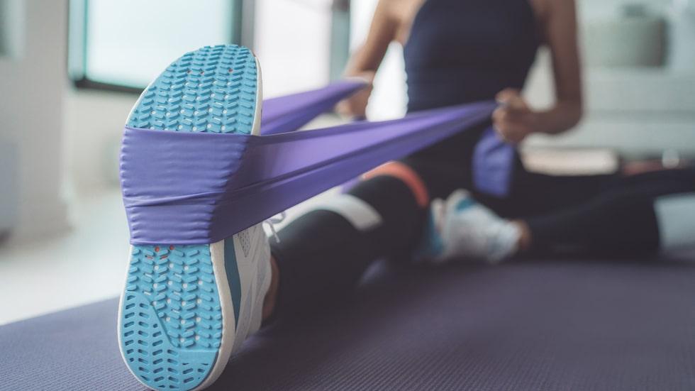 Stärk ryggen med ett träningsband.