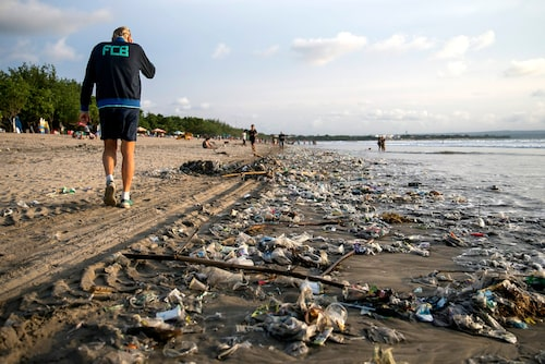 Sopor som sköljs upp på stränderna är ett återkommande problem på Bali.
