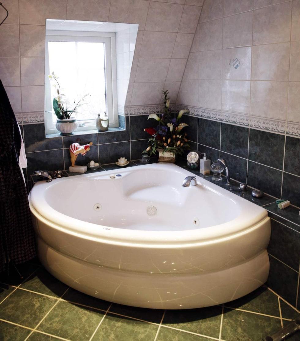 """I det stora badrummet på övervåningen ryms förutom ett dubbelhandfat också dusch och badkar: """"Barnen badade mycket när de var små. Men det är sällan vi badar numera, säger Marléne."""""""