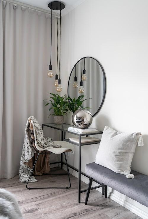 I sovrummet har Emma inrett en stilren skrivbordshörna. Glaskula, H&M. Taklampa, Markslöjd. Skrivbord, Ikea.