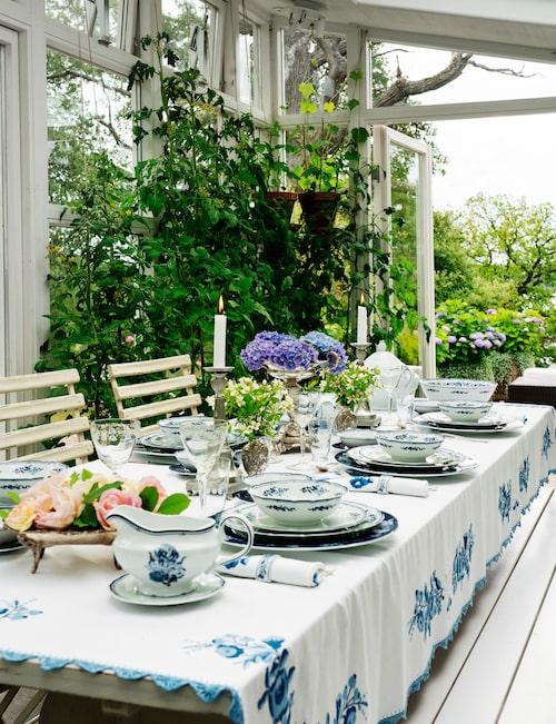 Micael Bindefeld har dukat upp sin egendesignade servis på sommarstället Aspvik på Värmdö. Servisen består av 24 delar och har fått sitt namn efter Aspvik, den plats Micael trivs allra bäst på.