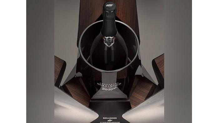 """Det är den brittiske designern Eric Berthes som har designat det exklusiva champagnehöljet, som föreställer rymdfärjan """"Moonraker"""" från Bond-filmen med samma namn."""