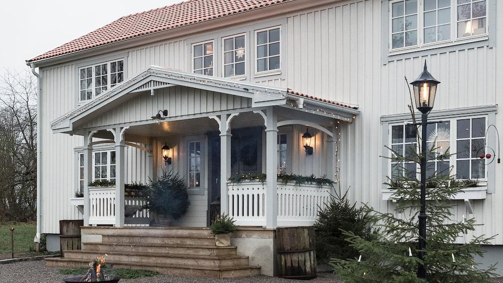 Familjens hus i Ingarp är byggt i början av 1900-talet men har renoverats de senaste åren. Verandan har Kristofer byggt själv trots att han hade mycket lite erfarenhet av snickeri och renovering när han tog över huset för snart fem år sedan.