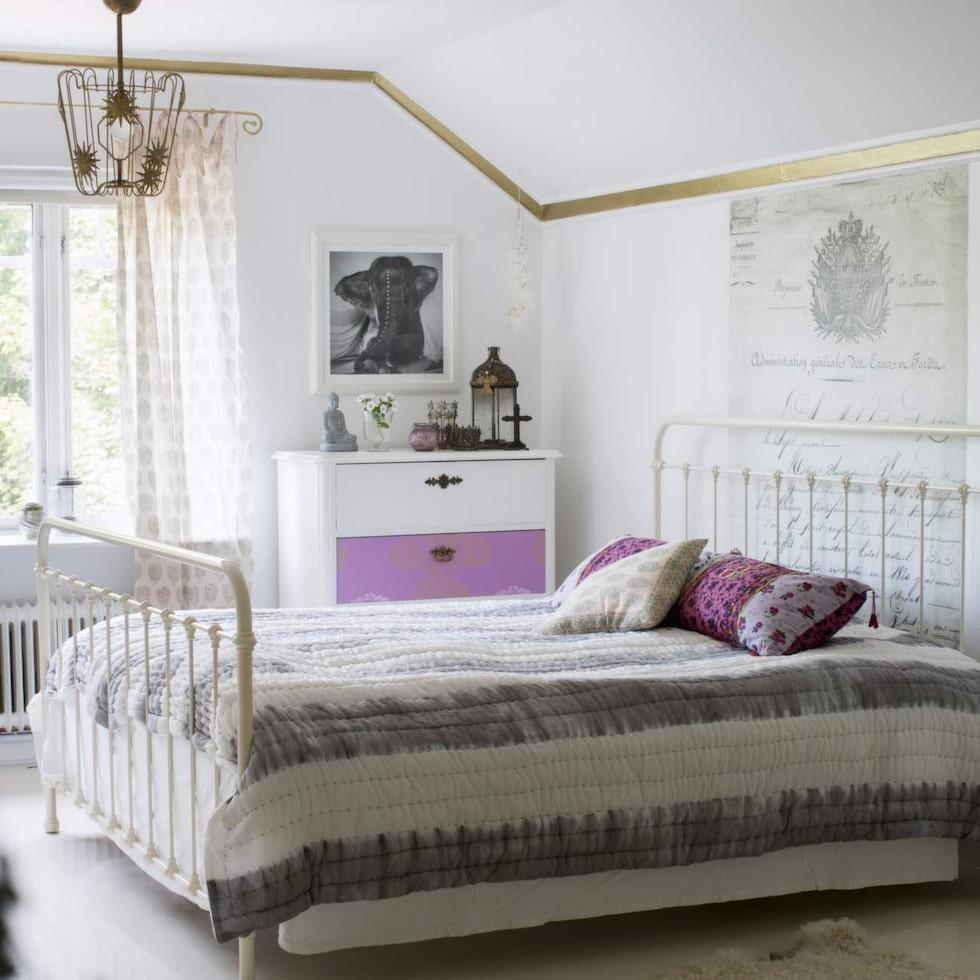 Sovrummet går i ljus färger, som bryts av med lite knallrosa på byrån – det är en bit tapet från Designers guild. Kuddarna på sängen kommer från Indiskas tidigare Jade Jagger-kollektion.