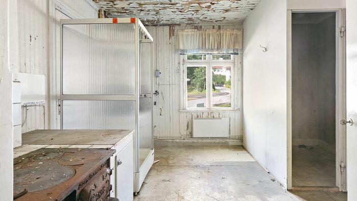 Duschkabinen kommer troligtvis från tiden när det var lagerlokal och personalrum här under tiden med handelsträdgården.