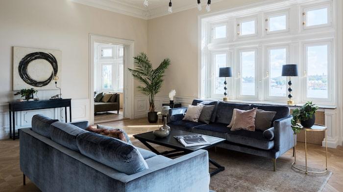Den nära 300 kvadratmeter stora lägenheten har flera sällskapsrum.
