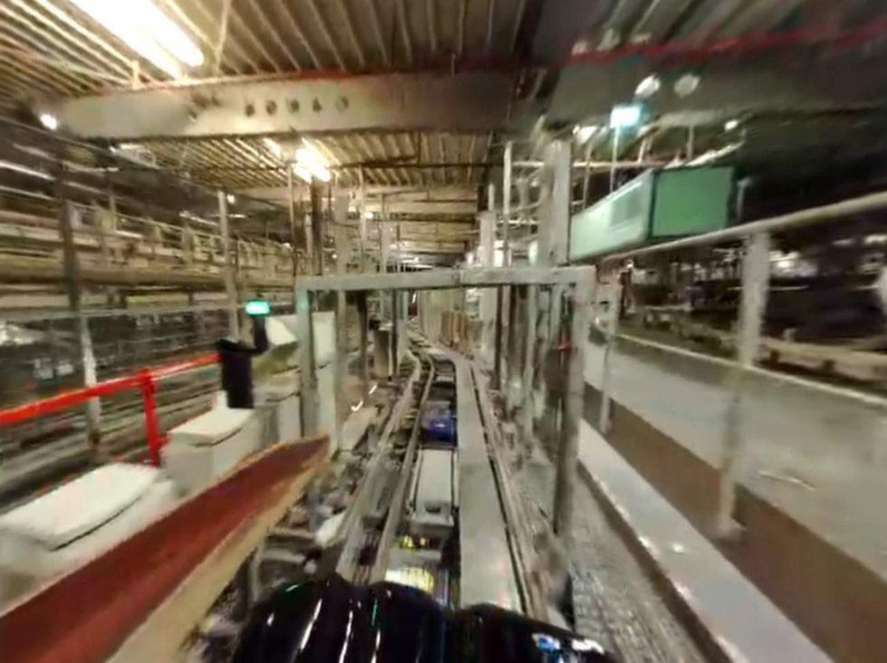 Med hjälp av sex robotar och ett nätverk av rullband sköts ruljansen automatiskt.