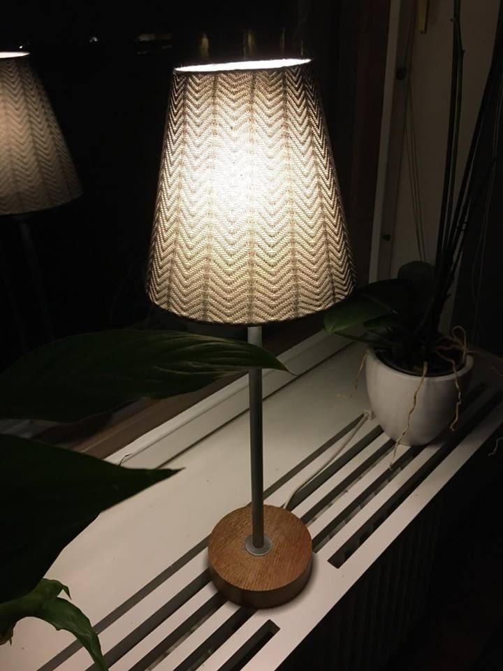 """""""Foten"""" på strumpbyxan som blev över satte Åsa på en mindre lampa."""