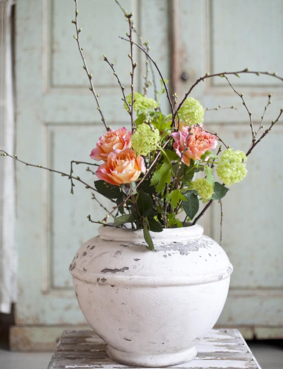 BlomsterpraktDen nötta eternitvasen, 3 500 kronor, Garbo antik. Blommorna har Floristkompaniet komponerat. Bord, 3 200 kronor, Garbo Antik.