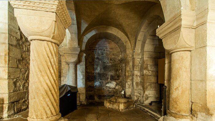 Under tornet ståtar Dalby kyrka med en välbevarad romansk arkitektur, som sägs tillhöra de finaste exemplen i Sverige.