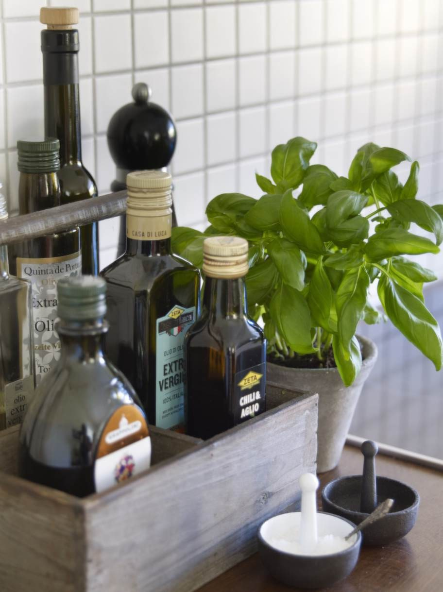 Färska örter och oljor skapar hemtrevnad i köket.