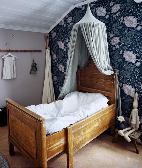 """Alice rum. """"Sängen fyndade jag långt innan vi köpte huset, men jag var tvungen att ha just den! Tapeten Ava, Sandberg and Friends, föll jag för samma dag den släpptes. Att den passade så bra till den redan befintliga smutsrosa färgen på väggen var bara tur!"""""""
