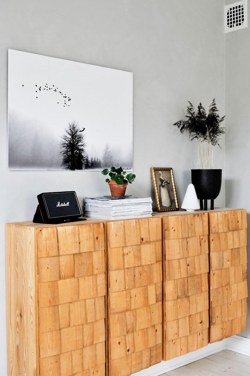 Malin är intresserad av olika byggtekniker och på skåpet Ivar från Ikea har hon lagt tunna träspån, så kallade stickspån, som förr var vanligt på hustak.