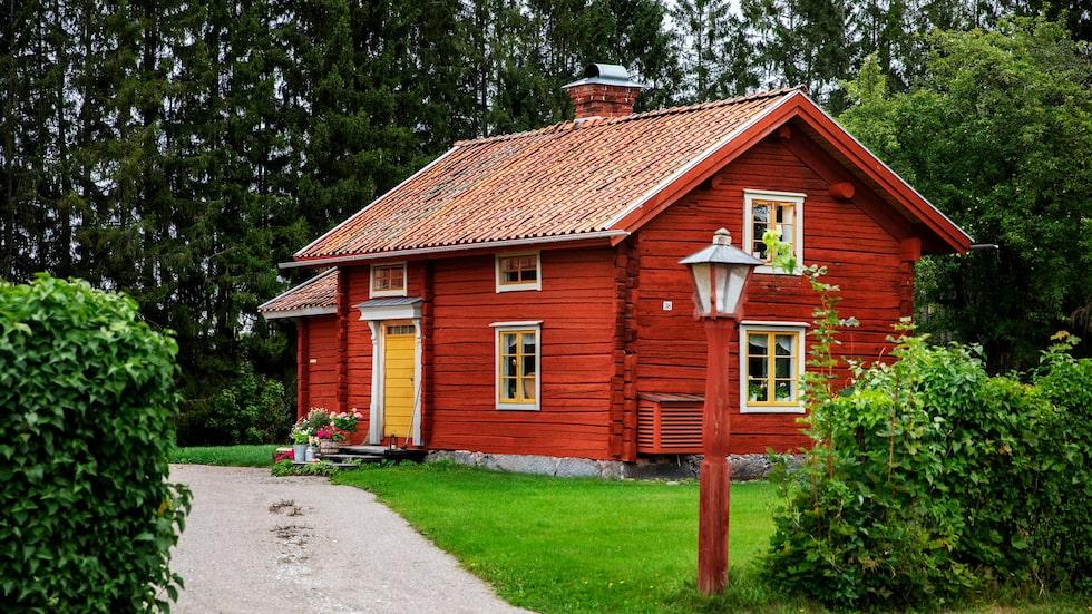 Platsen heter Sjons och ligger utanför Krylbo i södra Dalarna. Stugan är egentligen en av två flyglar till en större huvudbyggnad.