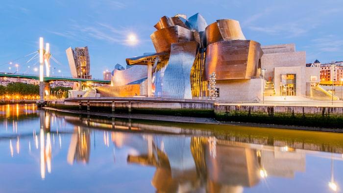 Guggenheimmuseet skiftar i olika färger beroende på ljus och tidpunkt.