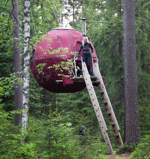 Det svävande tältet som kallas Supermånen, en av flera annorlunda sovplatser på vandrarhemmet Näsets Marcusgård i Furudal