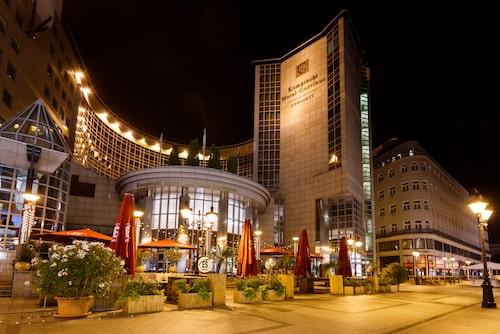 Modernt hotell mitt i Budapest historiska kvarter.