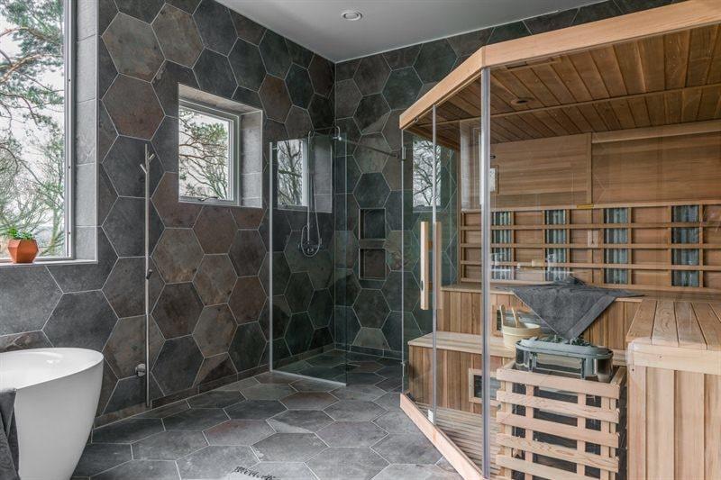 I det enorma badrummet finns också en stor bastu.