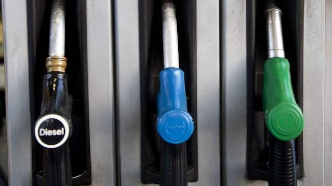 Sverige har bland de högsta bränslepriserna i världen. Hongkong är det dyraste bensinlandet med ett pris på 16 kronor per liter.
