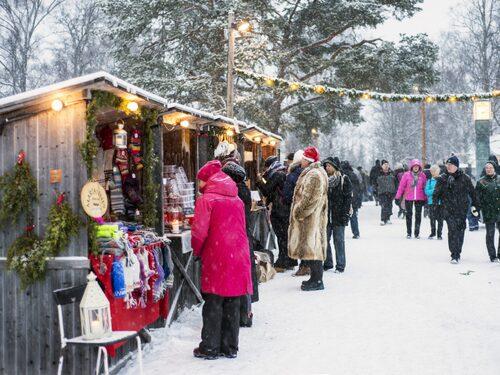 På Jamtli julmarknad i Östersund kan du åka hundspann eller häst och släde.