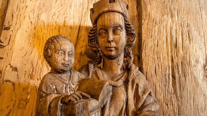 En skulptur i Hedareds stavkyrka av Madonnan med Jesusbarnet, snidad i ek för 700 år sedan.