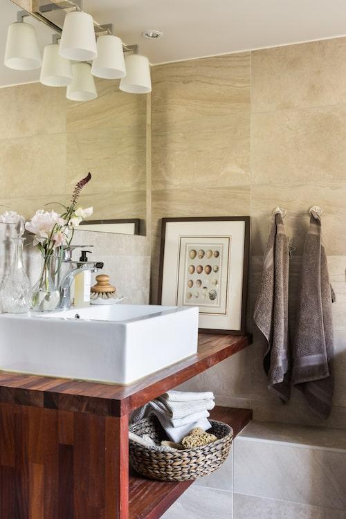 I badrummet har man platsbyggt hyllan där handfatet står. Handfat och blandare, Bauhaus. Handdukar, Calvin Klein. Kakel, Kakeldax.
