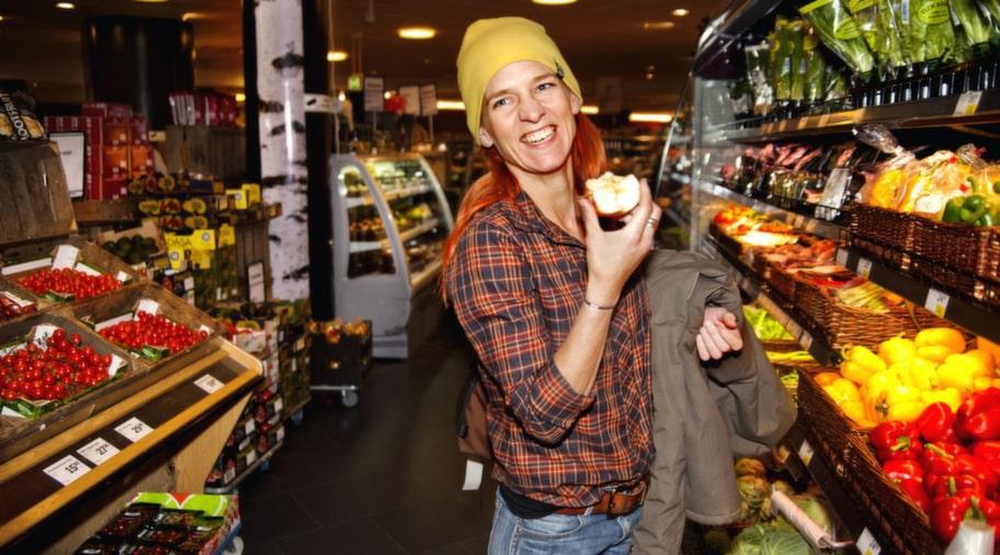 """MEDVETEN KONSUMENT. Ulrika Wahlström, 37, tolk från Älta går inte runt och tänker på höga blodfetter, men är en medveten matkonsument. """"Det är klart att jag äter chips och dricker läsk, men det handlar mer om undantagsfall. Jag tänker på vad jag och mina barn stoppar i oss. När jag handlar undviker jag konserveringsmedel och försöker handla ekologiskt"""", säger hon."""