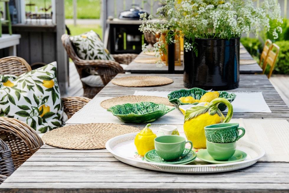 Kudde med mönster av citroner, H&M Home. Porslinet och kannan har funnits hos familjen i många år.