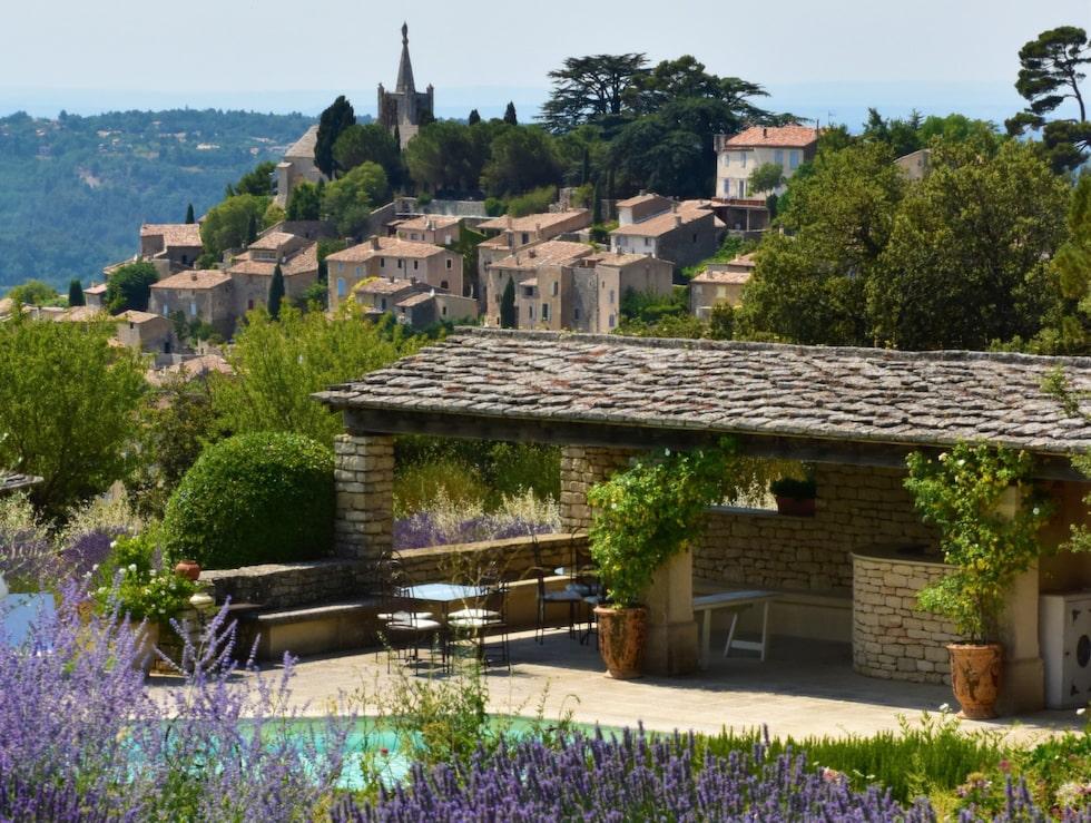 Fördrinken på Domaine de Capelongue serveras med utsikt över byn Bonnieux.