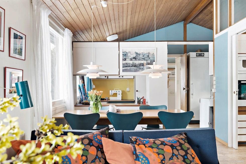 På andra plan ligger husets hjärta, det stora ljusa allrummet med kök, matrum och arbetsrum i öppen planlösning. Ryggåstak och med lösningar för att skapa flertalet funktioner.