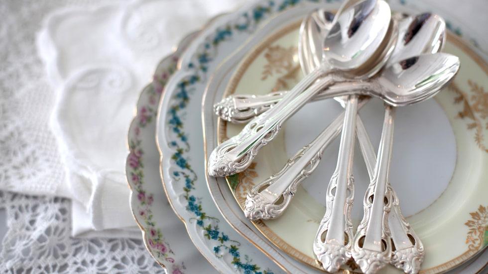 Silverbestick och -smycken måste putsas då och då för att hålla sig rena. När de blivit gula eller svarta är det knepigare – men det går att få rent.