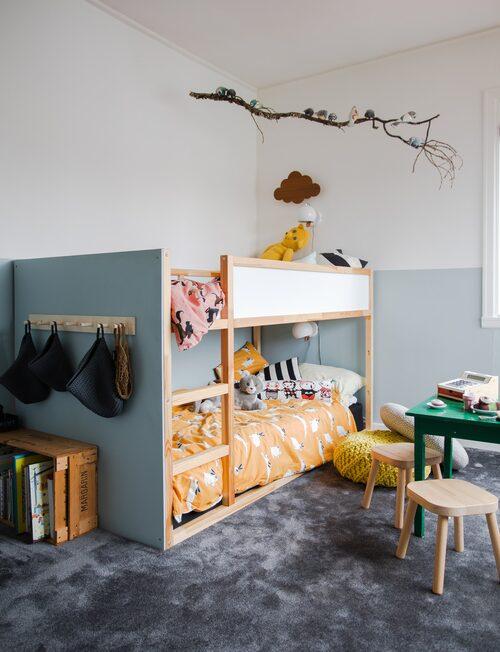 Här har Johan och Sofia försökt skapa ett glatt rum som ska locka till lek. En extra skiva har monterats över Ikeasängens kortsida. Färgen valdes för att matcha väggen. Gul puff från Habitat room och sängkläder från Mini Rodini.