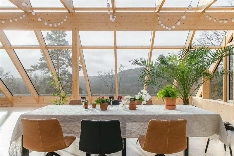 Det stora sällskapsrummet på taket har både braskamin, saltvatten-spa och ett kitchenette.