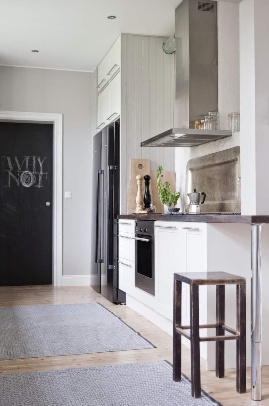 En spännande lösning - i köket använder familjen en stor bricka som stänkskydd i stället för kakel.