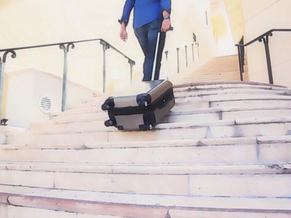 Så här rullar väskan uppför trappan.