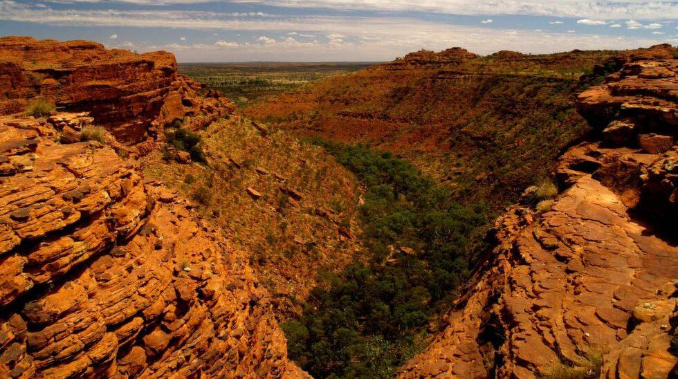 <p>En klippa i Alice Springs i Australien används ofta för spexiga foton där det ser ut som om klättrare hoppar eller trillar ner. I juni omkom en 23-årig turist när hon föll 15 meter.</p>
