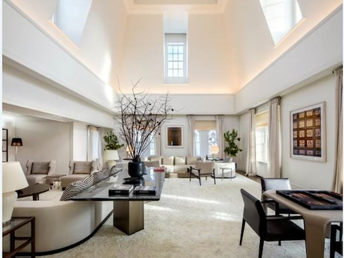 Sviten är ljus med stora fönster och ljusa möbler.